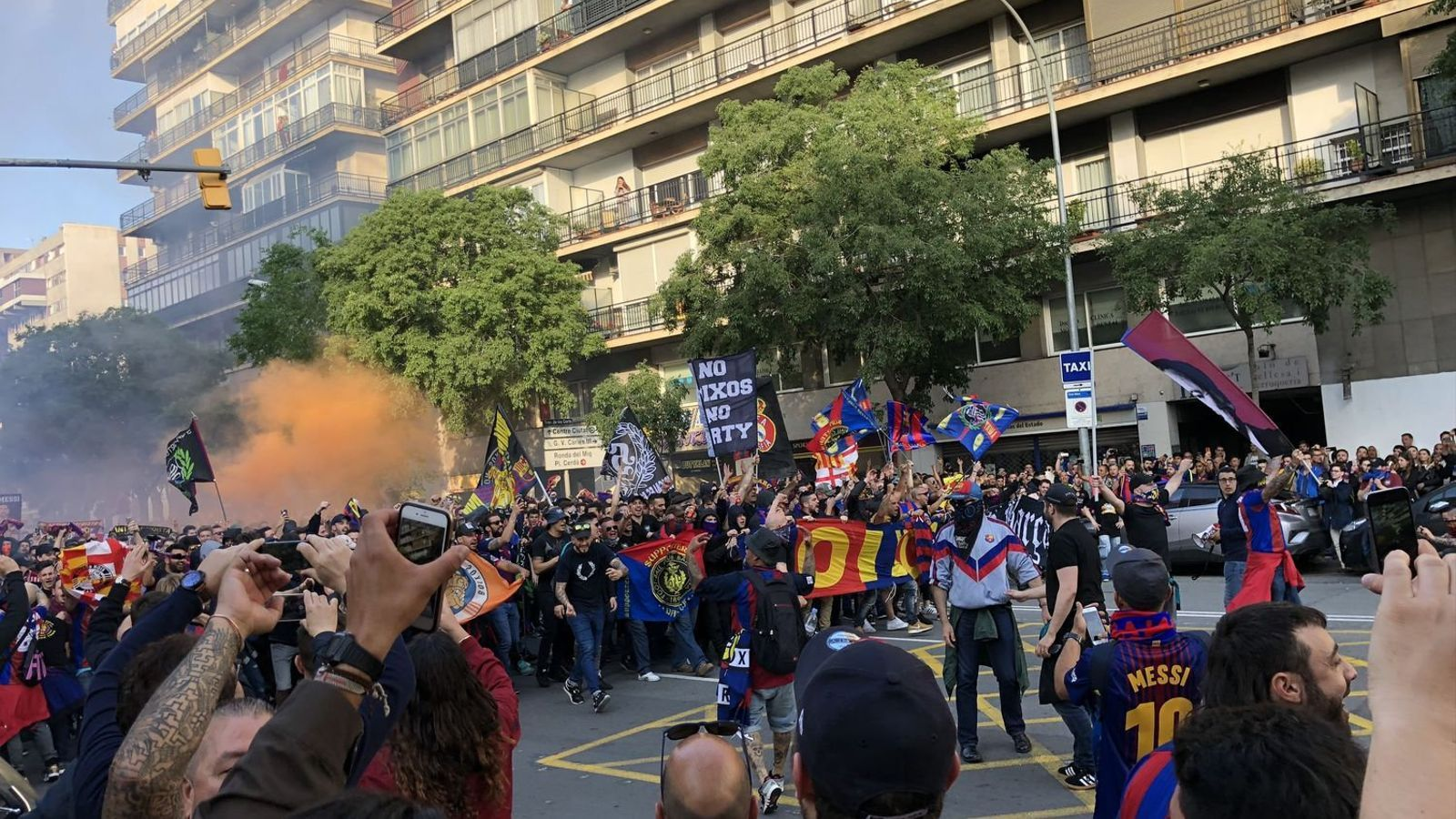 Els Boixos Nois dirigint-se cap al Camp Nou abans del clàssic de diumenge.