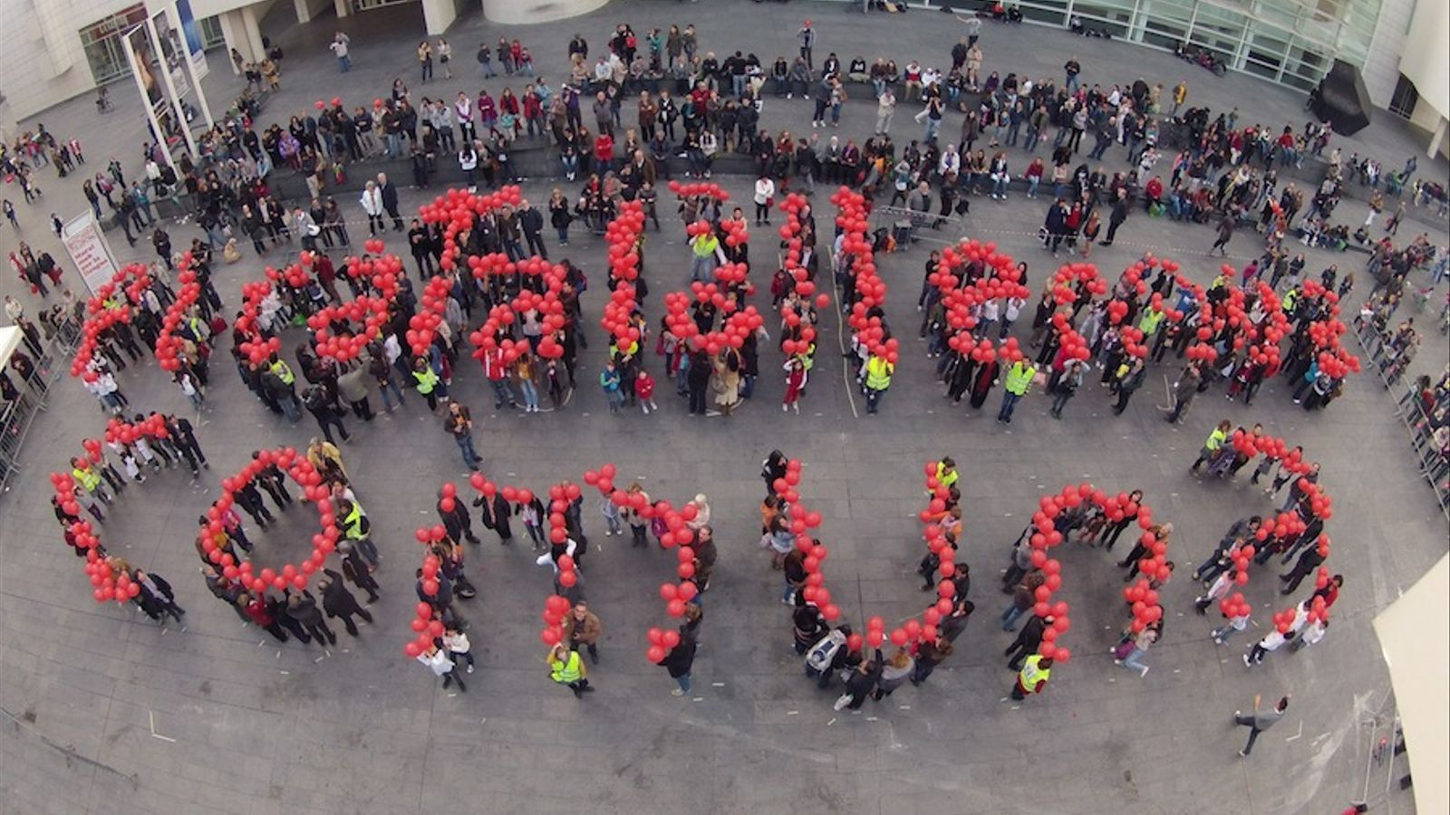 Centenars de persones enlairen globus en defensa del català al centre de Barcelona