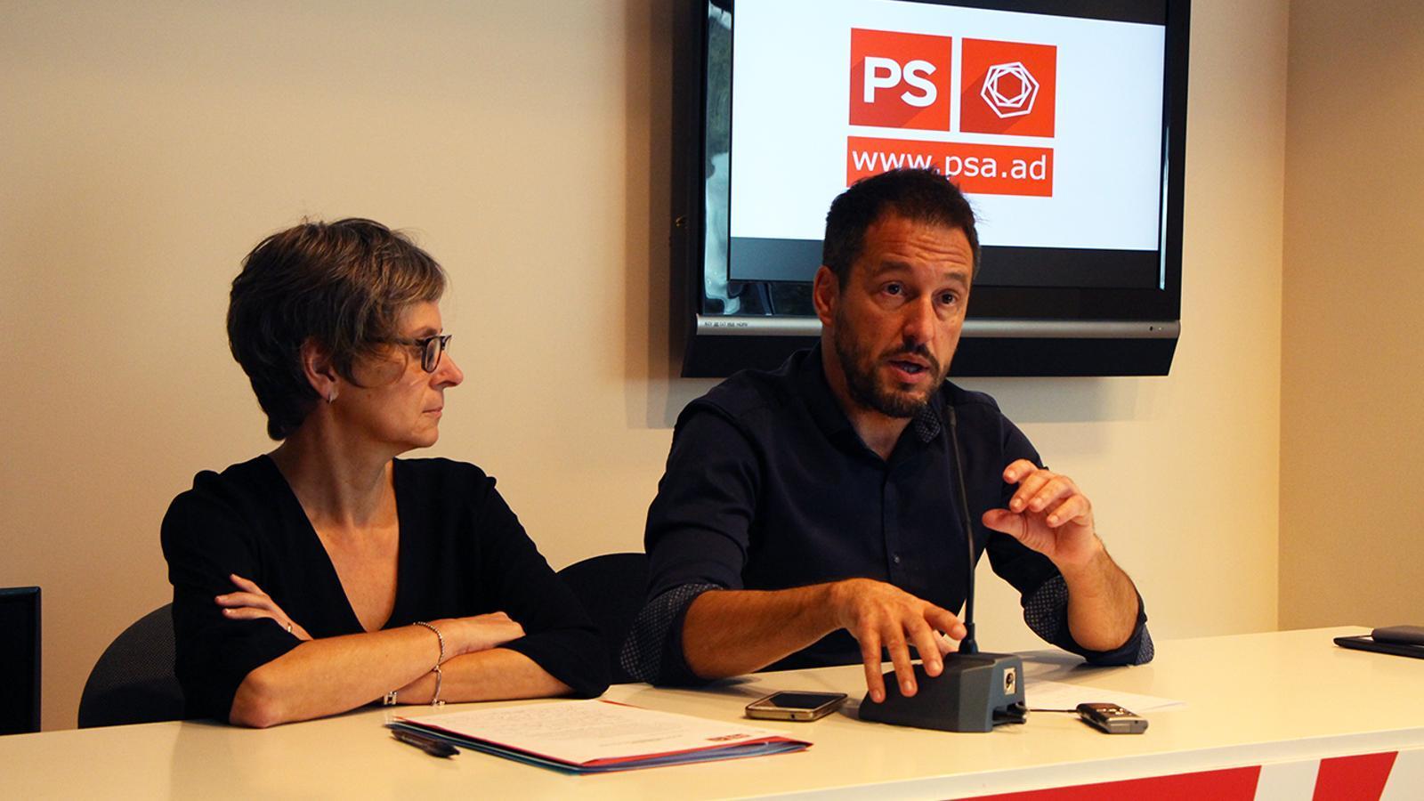 La primera secretària del PS, Susana Vela, i el president del partit, Pere López, durant la roda de premsa. / M. M.
