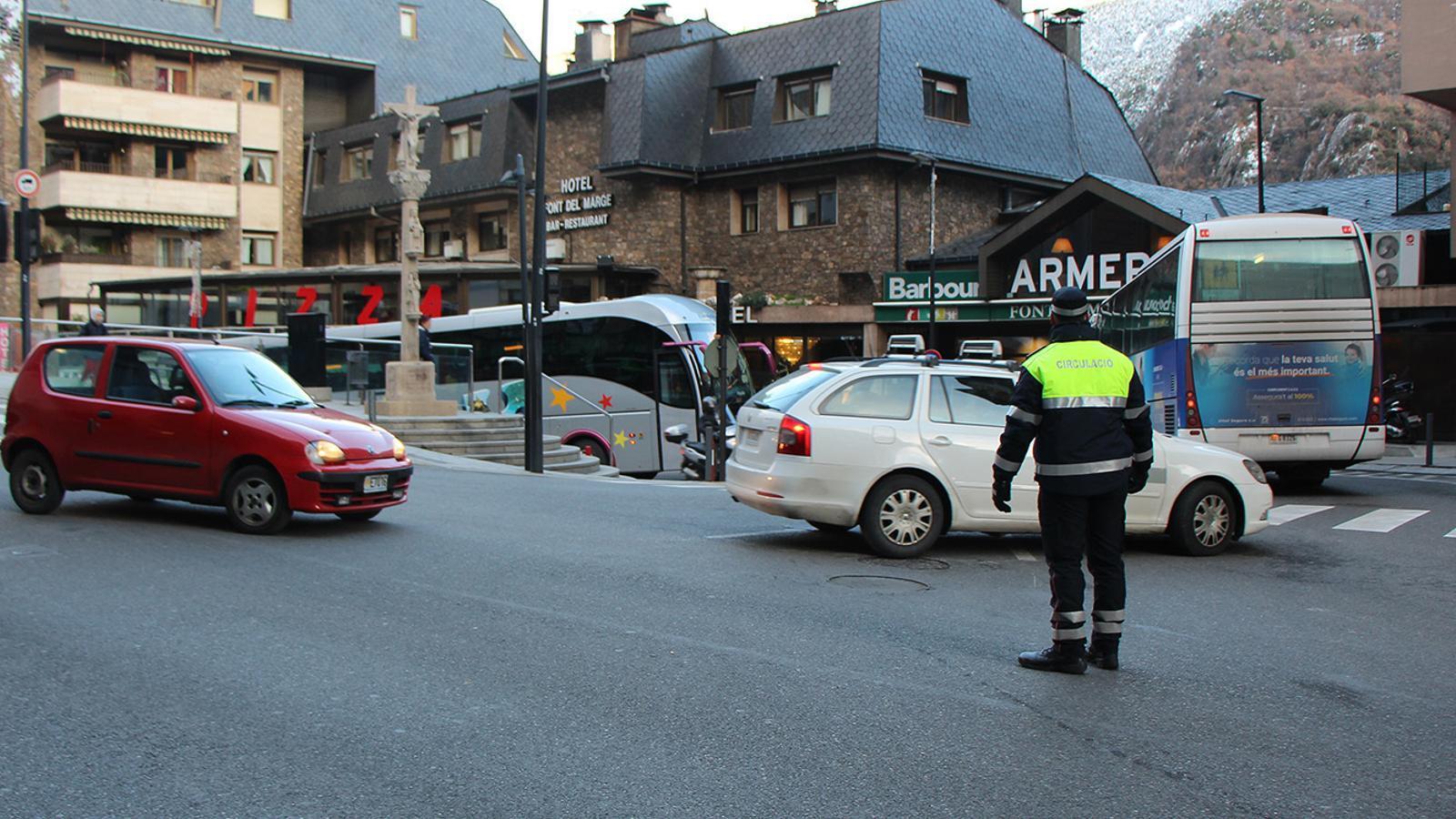 Un agent de circulació a Andorra la Vella. / ARXIU ANA