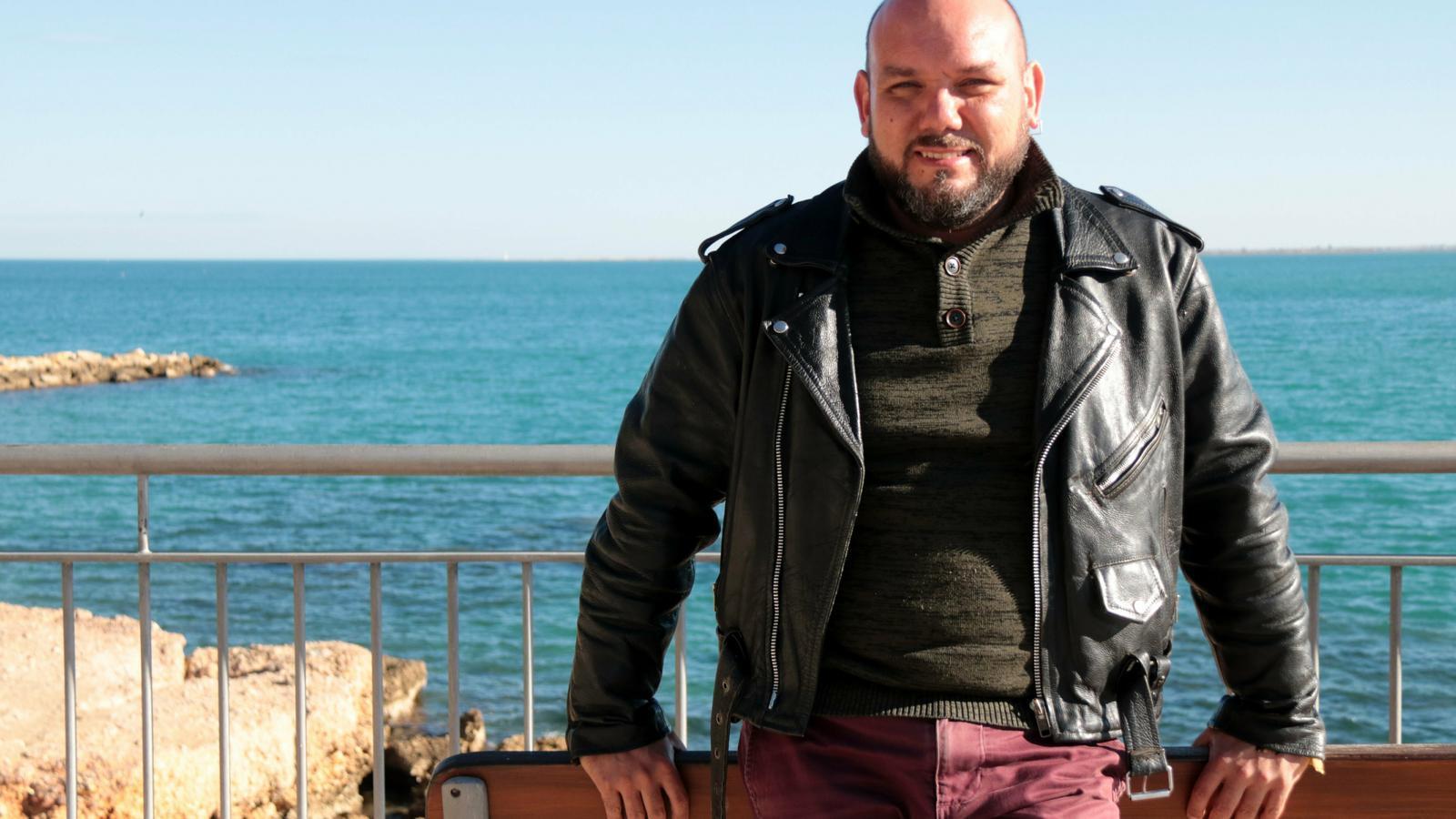 El realitzador ebrenc Mario Pons amb el mar Mediterrani de fons / ACN