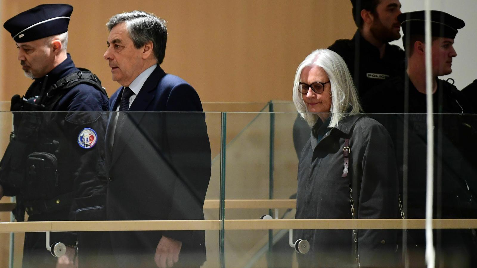 L'exprimer ministre francès François Fillon i la seva dona Penelope arriben al tribunal que els jutjarà per presumpta malversació de fons públics.