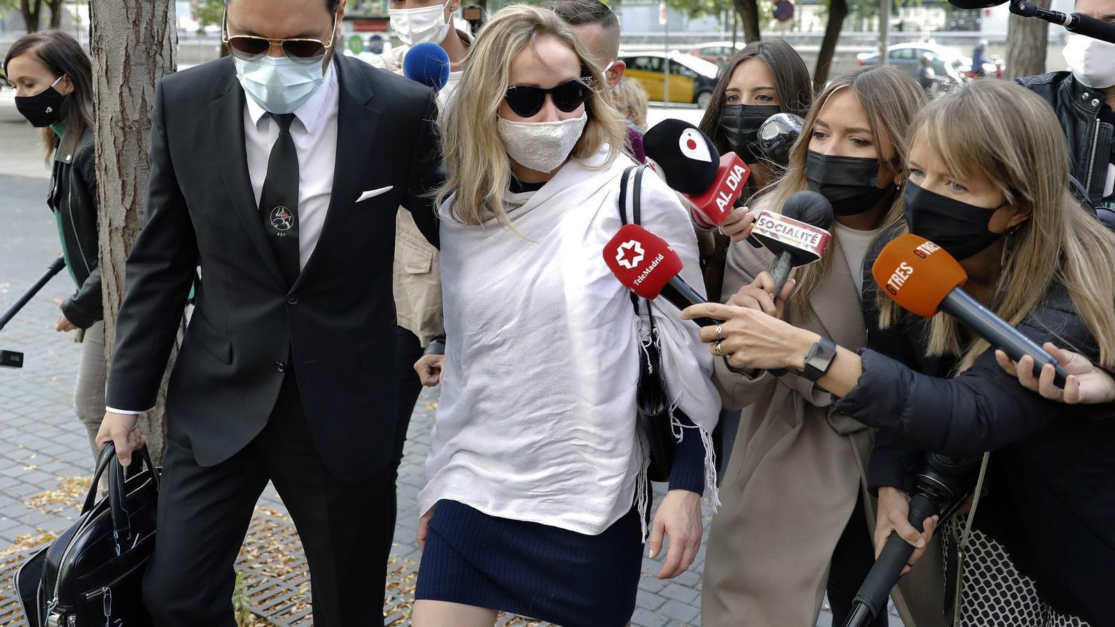 Ángela Dobrowolski a l'entrada dels jutjats avui a Barcelona acompanyada del seu advocat, Jorge Albertini