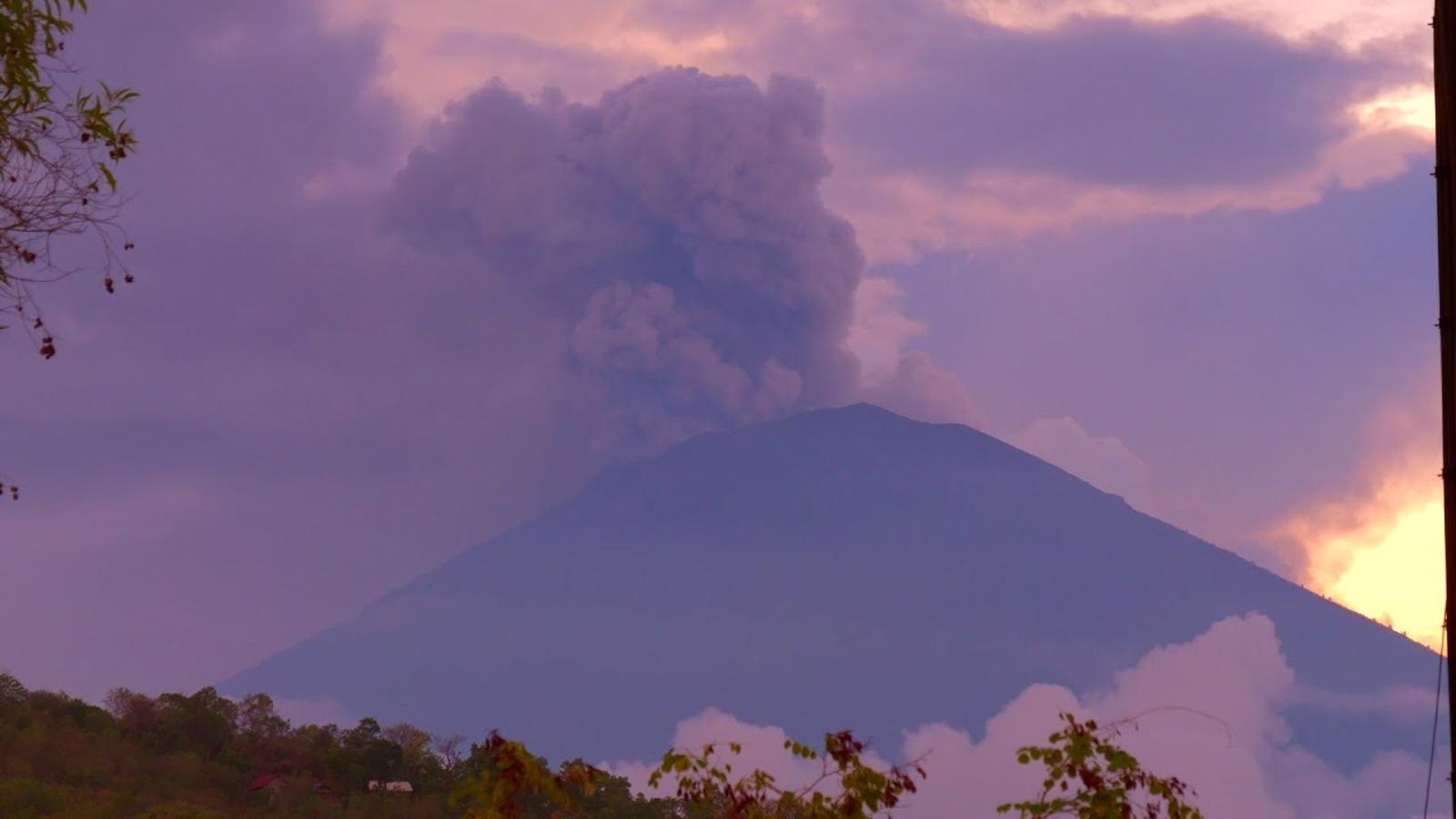 Una càmera enregistra l'erupció del volcà Augung d'aquest dissabte