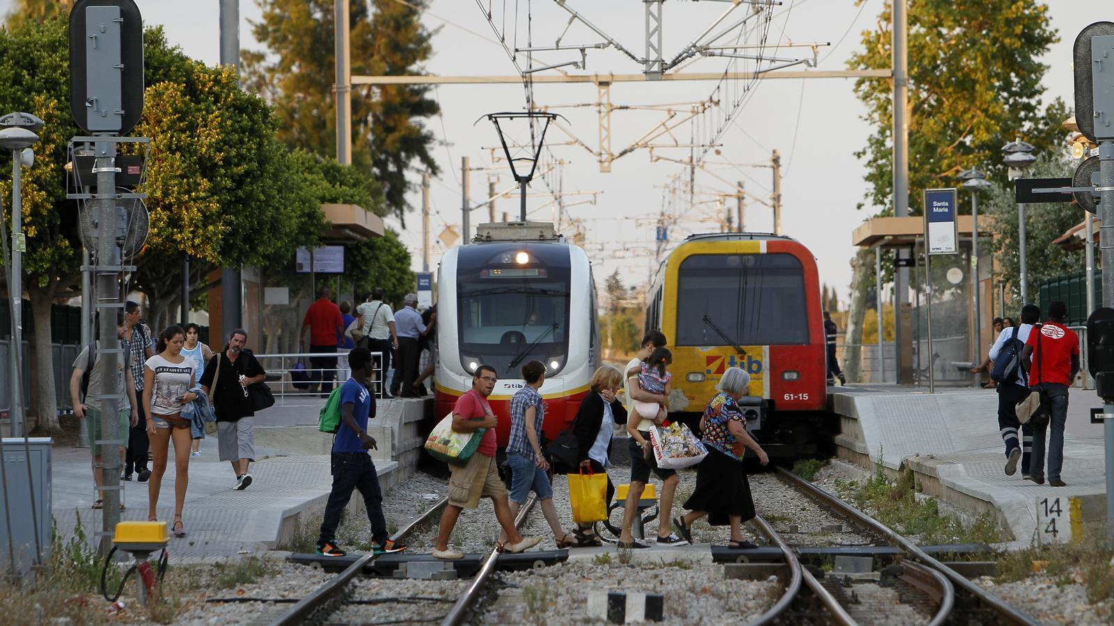 El tren ampliarà els horaris nocturns els cap de setmana durant l'estiu. / ISAAC BUJ