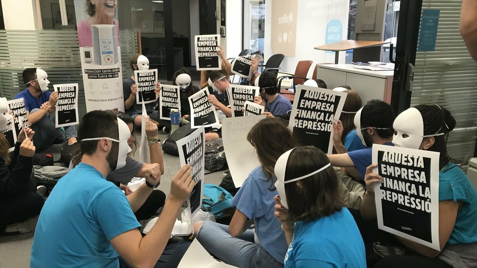 """Activistes de Tsunami Democràtic ocupen una oficina de La Caixa i l'acusen de """"finançar la repressió"""""""