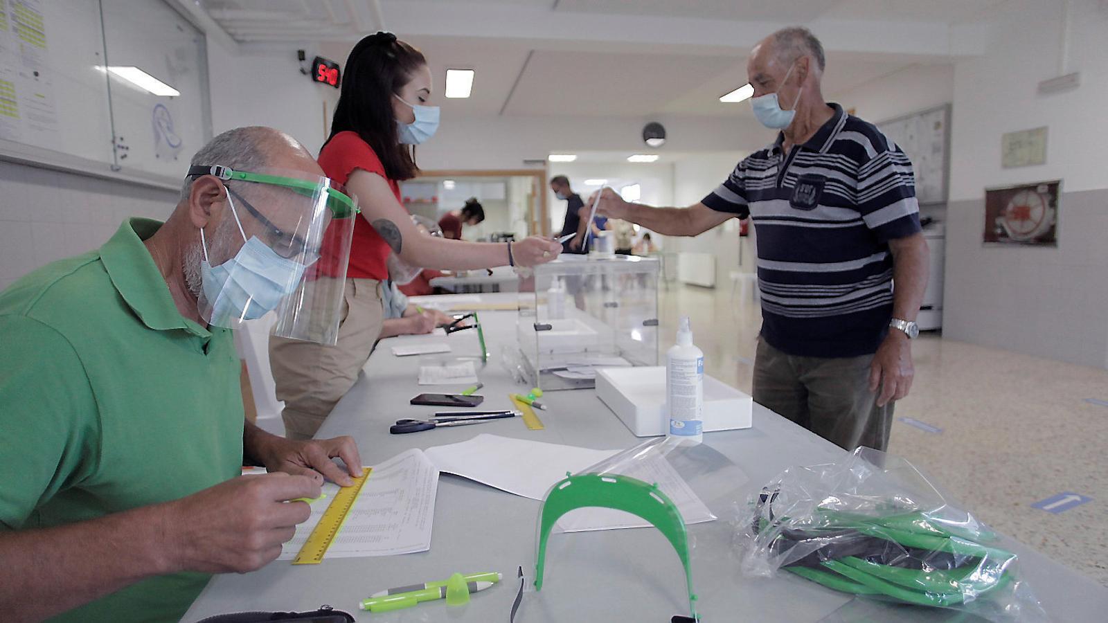 Un dels col·legis electorals de la Corunya durant les eleccions gallegues del 12 de juliol.