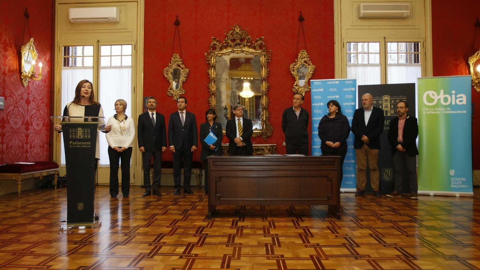 Els partits han signat l'ampliació del Pacte per la Infància abans del ple del Parlament d'aquest dimarts