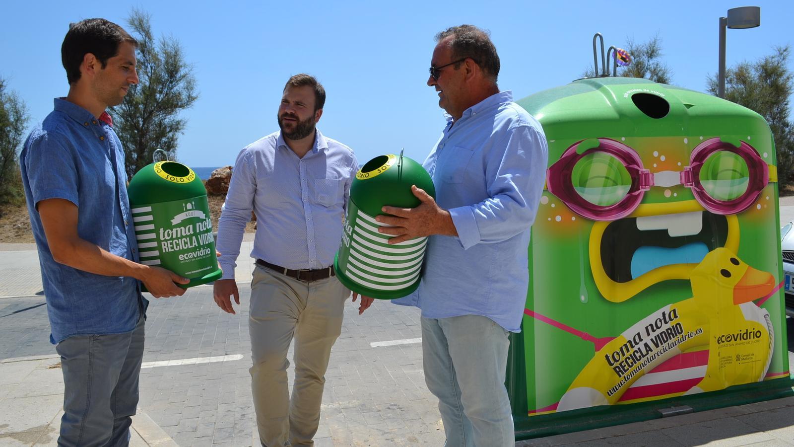 Els poals contenidors que seran entregats a establiments perquè col·laborin en la campanya.