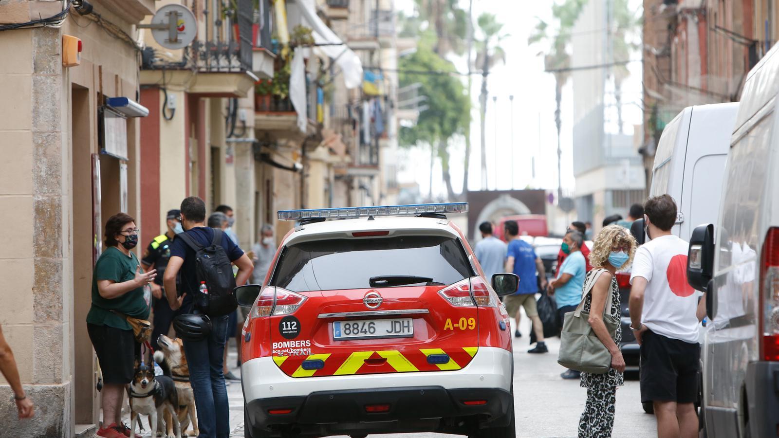 L'incendi s'ha produït poc abans de les sis de la matinada en uns baixos del carrer Grau i Torres del barri de la Barceloneta