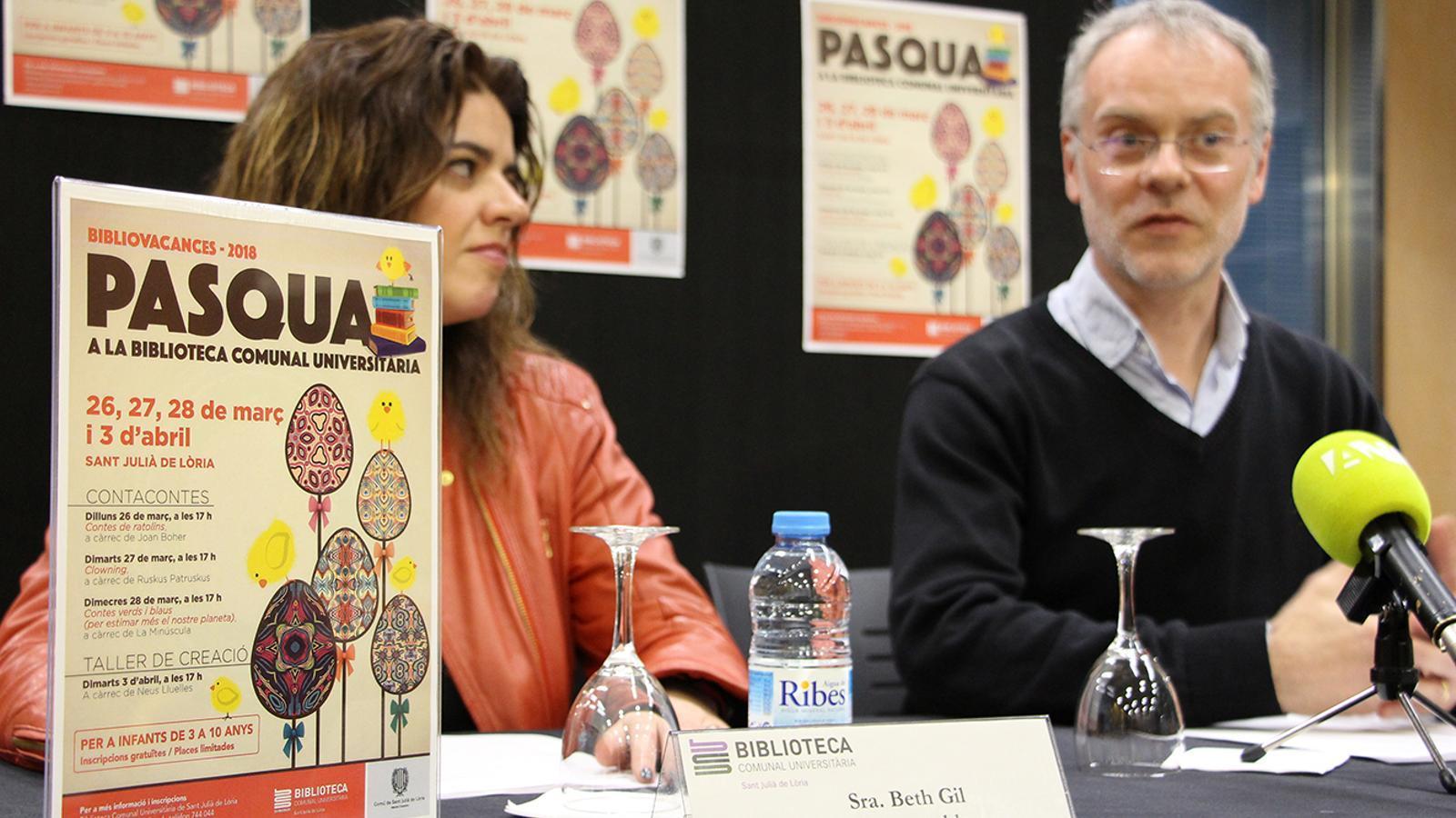 La responsable de la biblioteca, Beth Gil, i el conseller de Cultura, Josep Roig, durant la roda de premsa de presentació de les activitats. / M. M. (ANA)