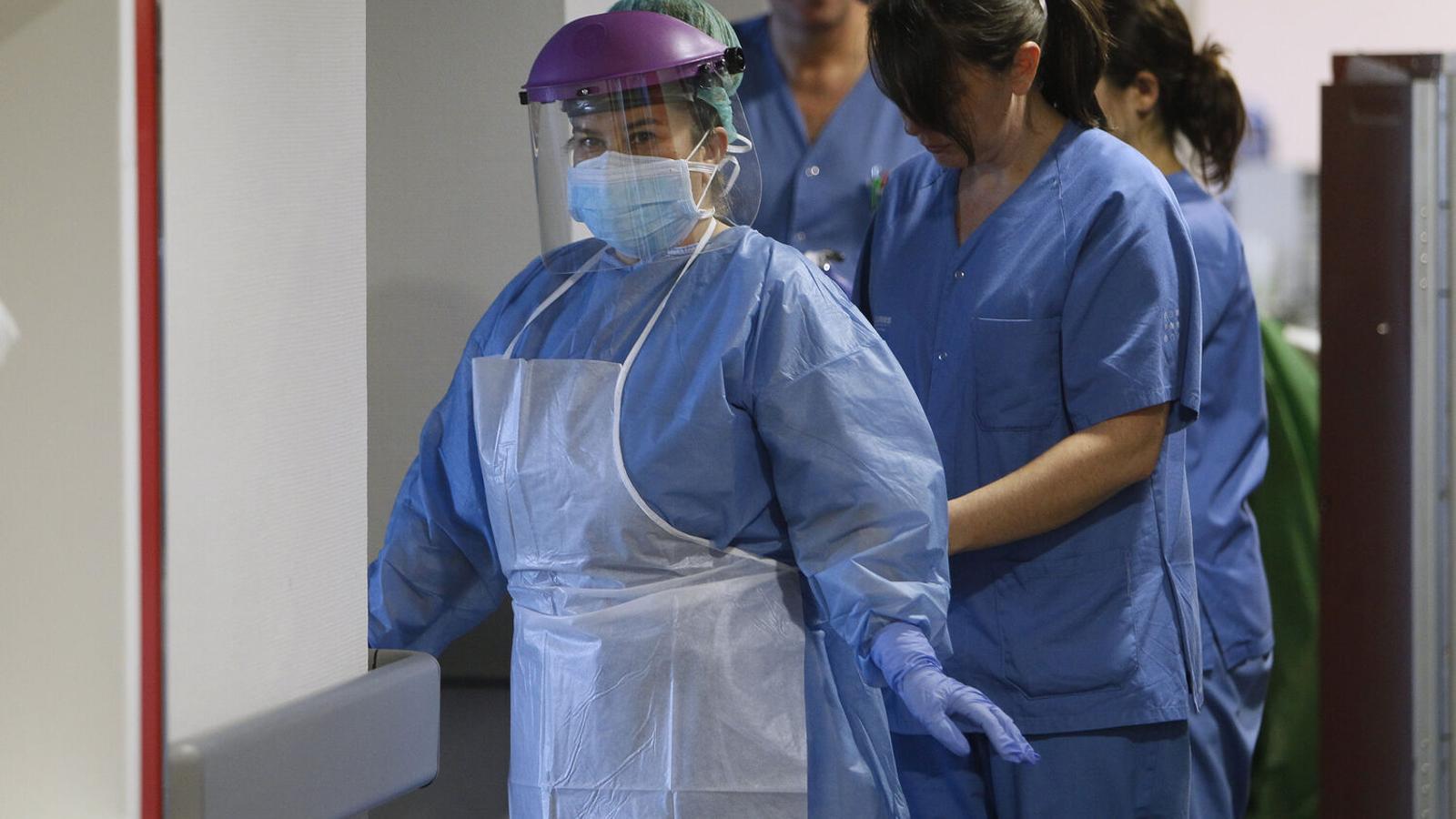 Sanitaris de l'hospital de Son Espases protegint una companya del coronavirus.