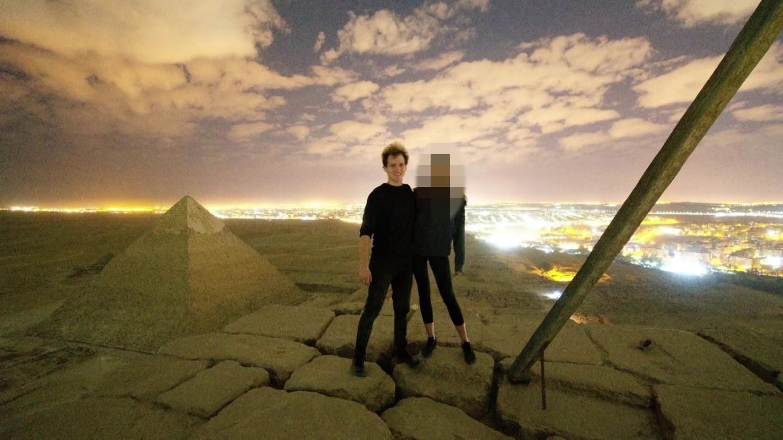 Una parella escala la Gran Piràmide d'Egipte
