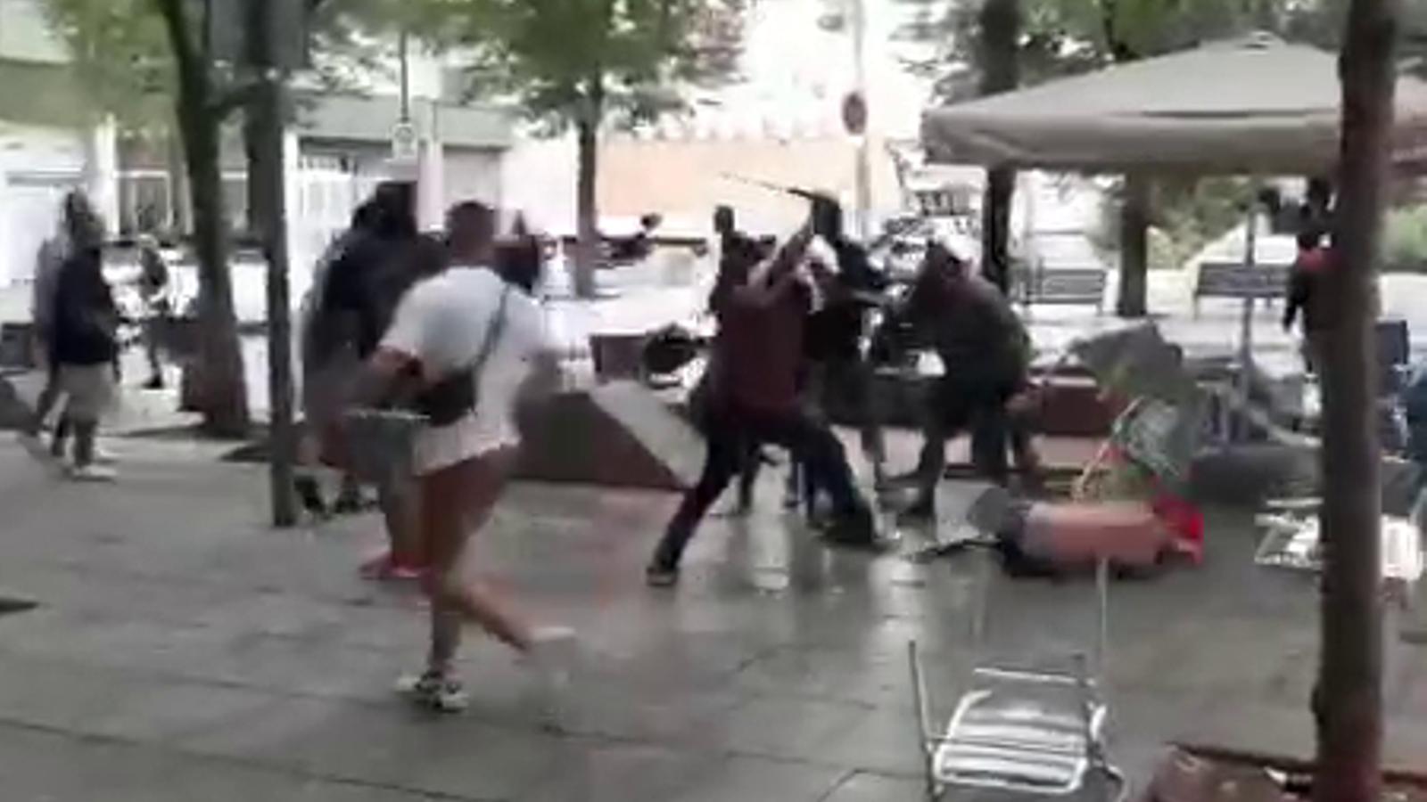 Una baralla multitudinària entre seguidors del Barça i del PSV acaba amb un detingut