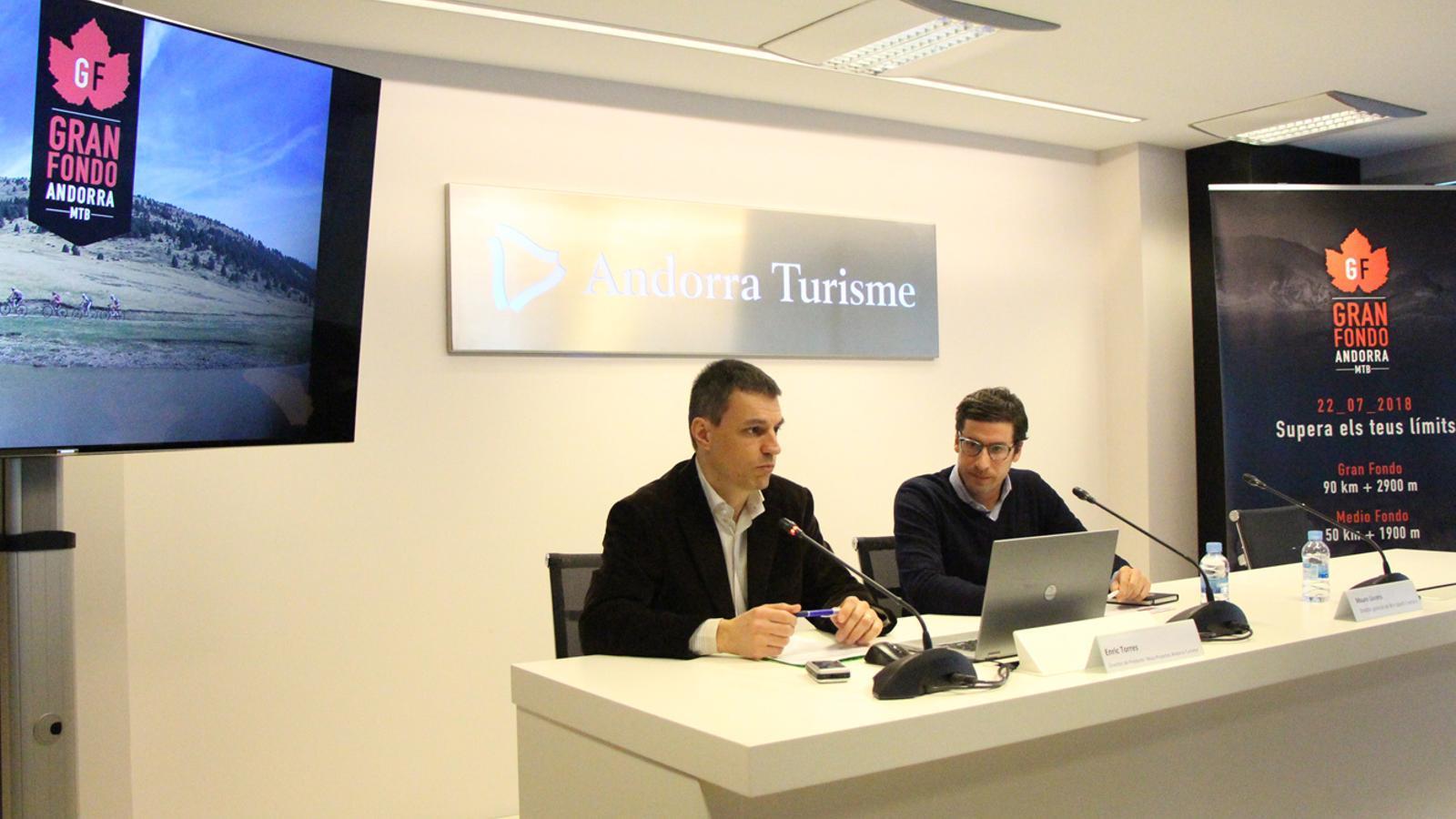 El director de Nous Projectes d'Andorra Turisme, Enric Torres, i el director general de Win Sports Factory, Mauro Llorens, en la presentació de la primera marxa Gran Fondo Family. / E. J. M. (ANA)