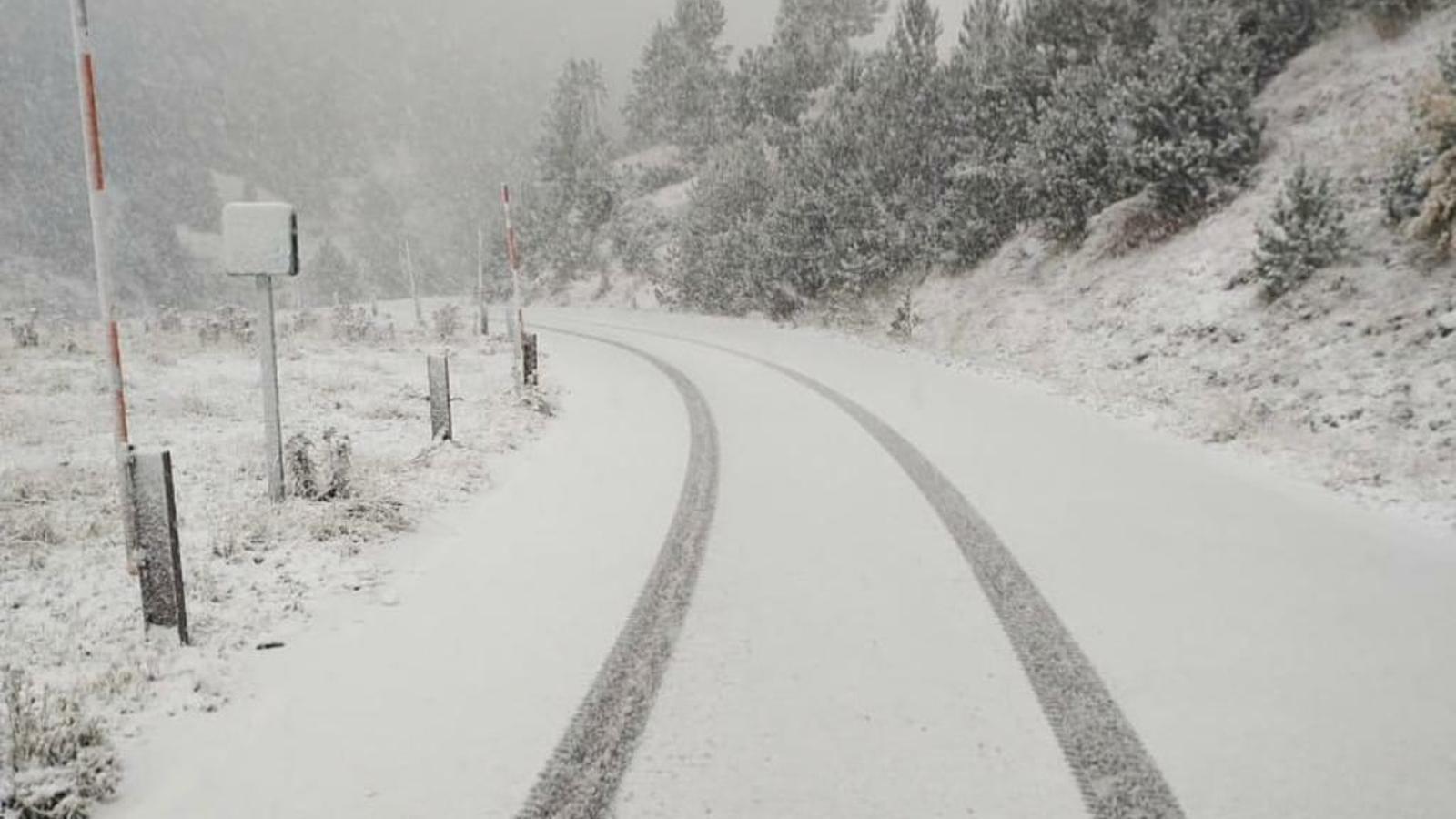 Un dels trams cobert per la neu, de la xarxa viària andorrana. / MOBILITAT