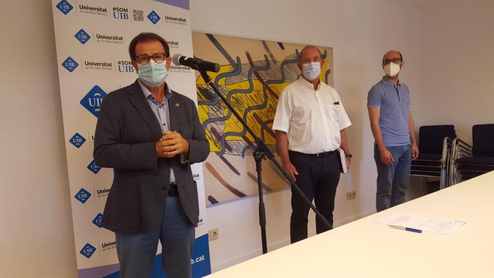 El rector de la UIB, Llorenç Huguet, el director general de la conselleria de Salut, Juli Fuster i el doctor Carles Bona