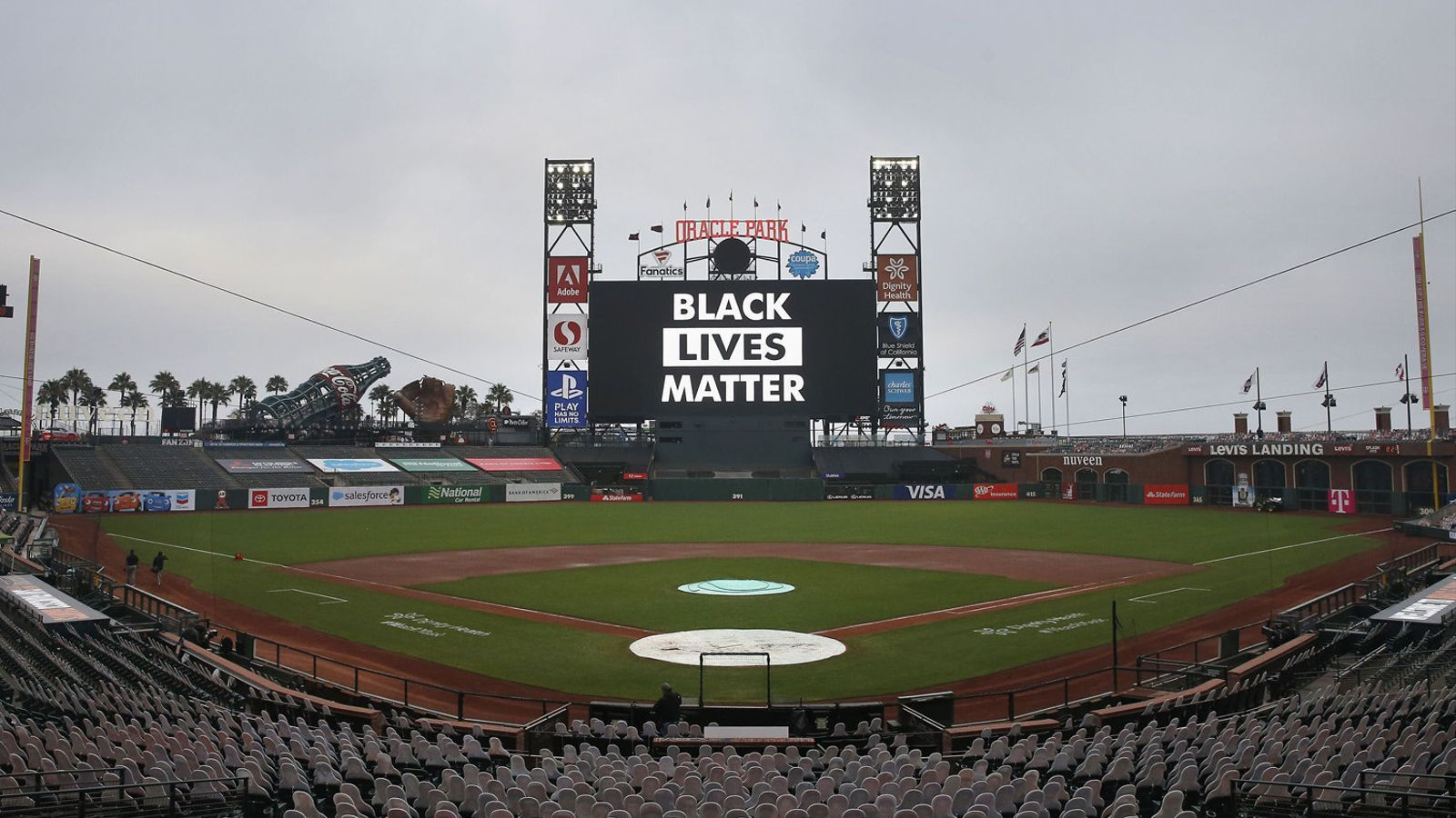 A l'esquerra, l'estadi dels San Francisco Giants, buit després de suspendre's el partit contra els Dodgers. A la dreta, manifestants a Kenosha.