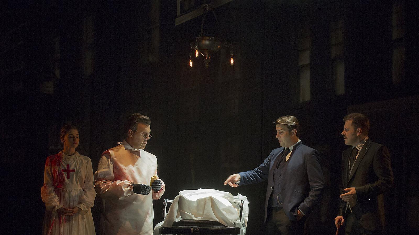 Els intèrprets de Sherlock Holmes y el destripador, que obre la nova temporada del Teatre Apolo.