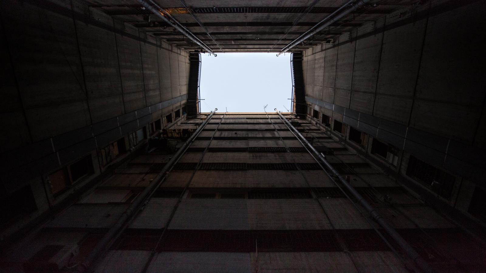 Celobert entre els números 9 i 11 del carrer Venus de la Mina, amb llum en un sol pis que s'hauria connectat al corrent d'un altre edifici