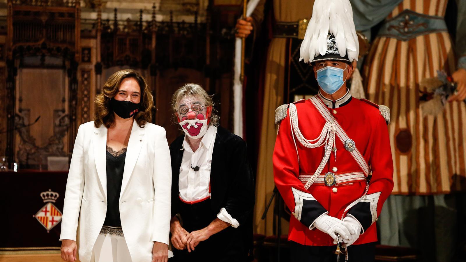 L'alcaldessa Colau i el pallasso Tortell Poltrona, pregoner d'aquest any, a l'entrada de l'acte al Saló de Cent.