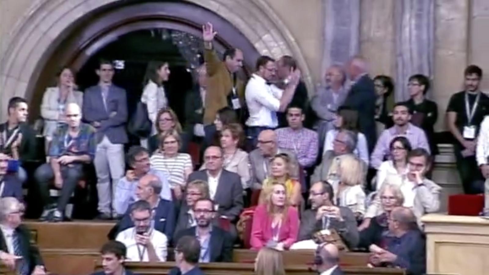 Un convidat del PP a la tribuna del Parlament aixeca el braç i crida 'Viva España'
