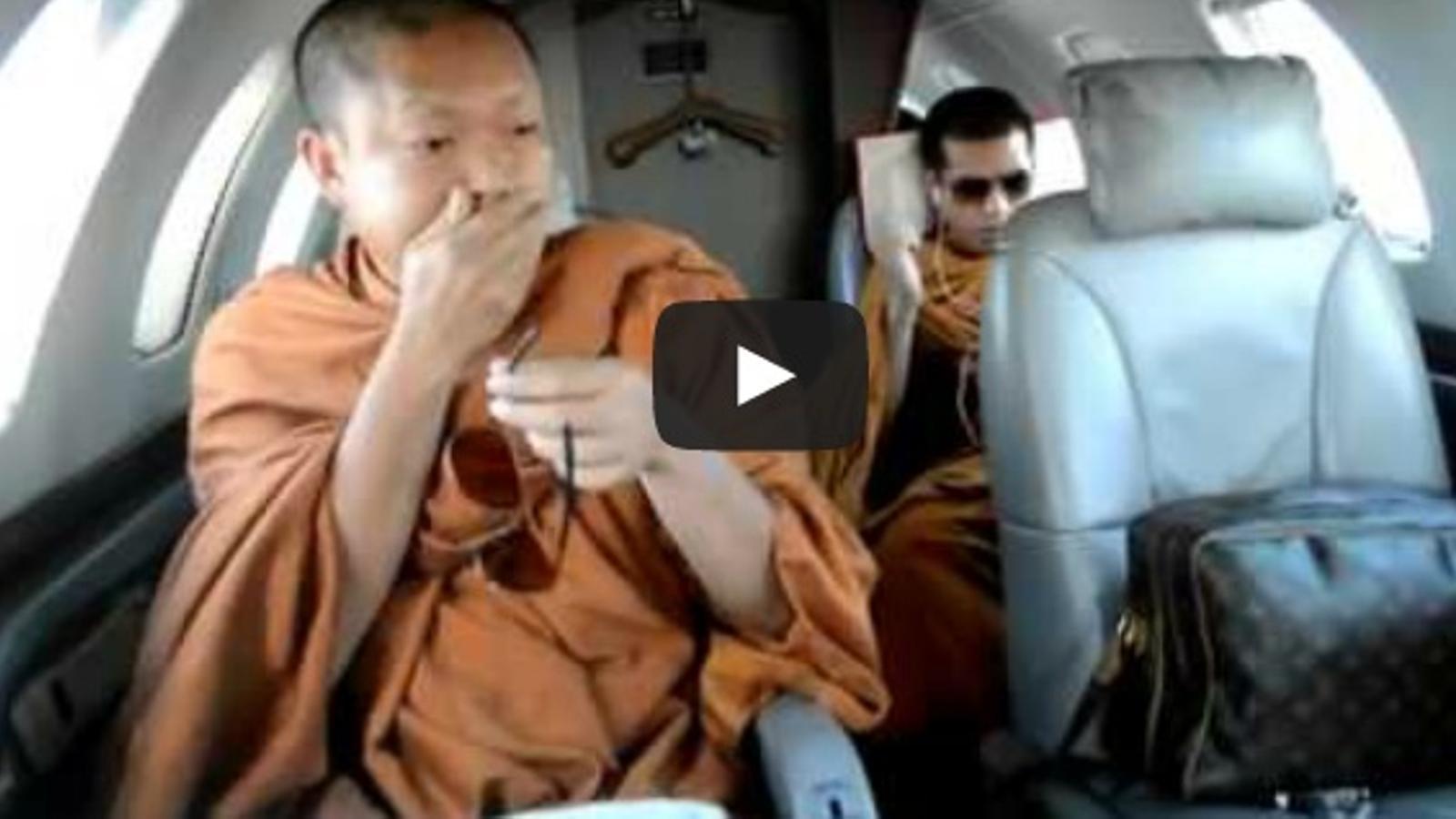 Què fan tres monjos budistes en un jet privat, amb ulleres de sol i bosses de 'Louis Vuitton'?