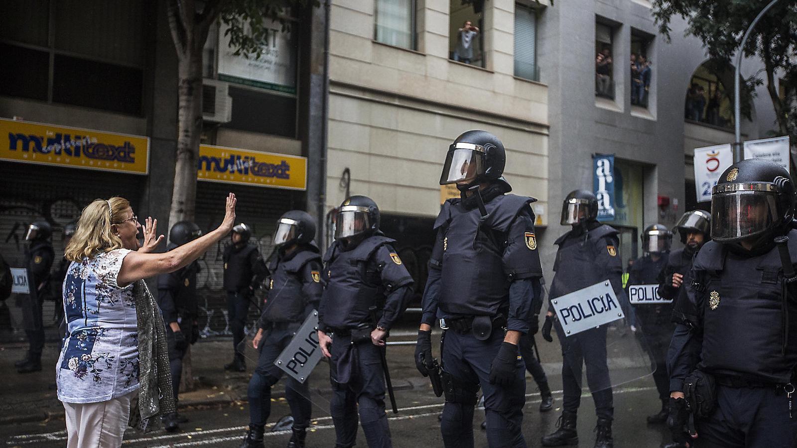 La Policia Nacional va acostar-se a l'Escola Diputació de Barcelona, però no va actuar.