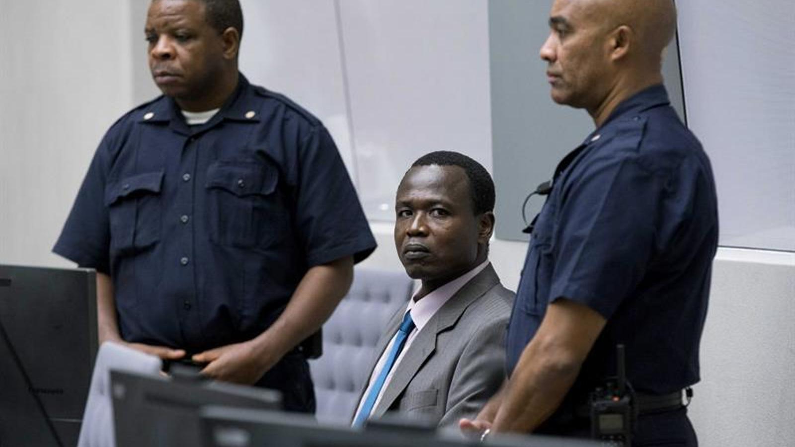 Ongwen, assegut entre dos guàrdies, espera l'inici de la vista oral al TPI de l'Haia.