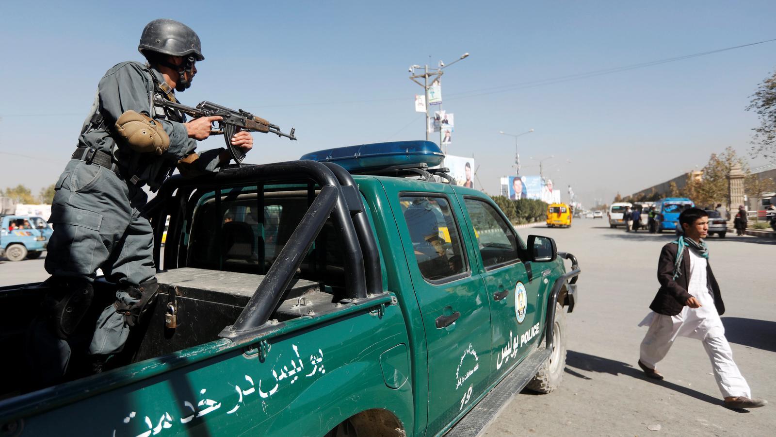 Un policia fa guàrdia en un control de vigilància a Kabul.