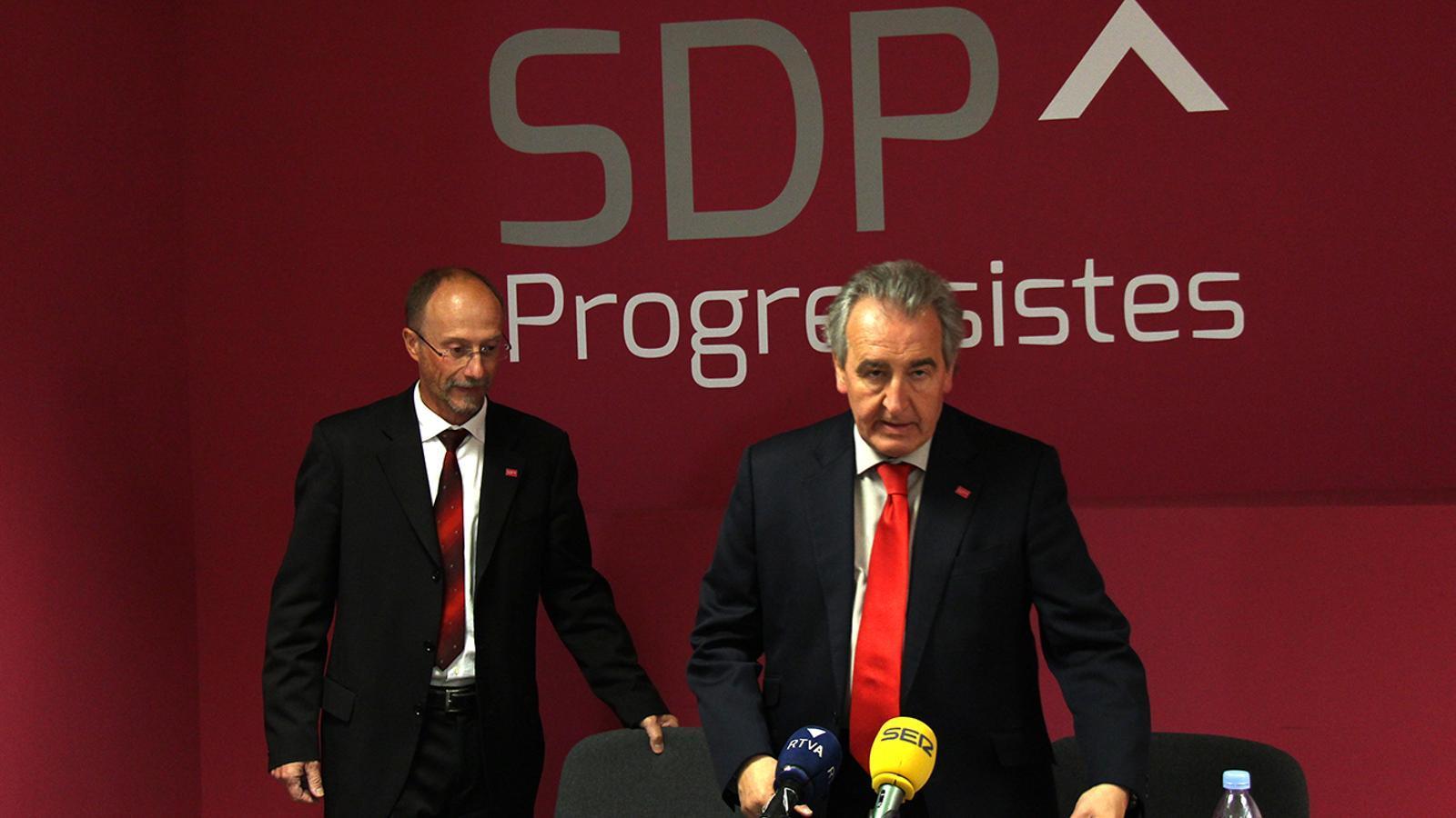 El conseller d'SDP, Víctor Naudi, i el president de la formació, Jaume Bartumeu, moments abans de la roda de premsa. / M. F.