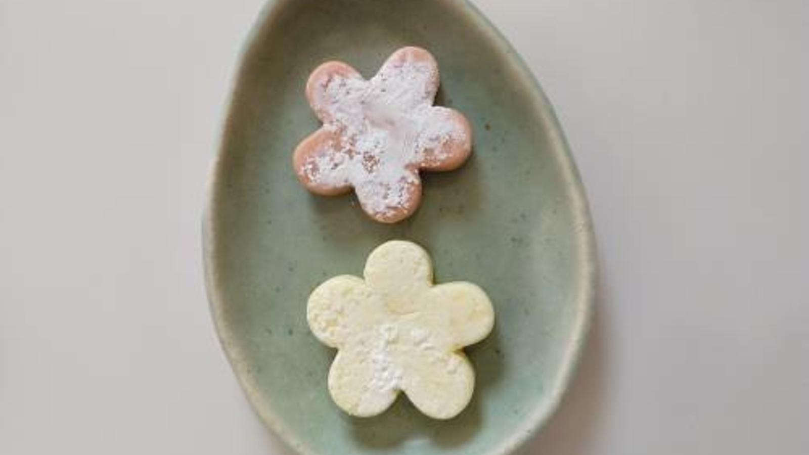 """L'artista Núria Deyà és l'autora d'una de les peces seleccionades sota el títol """"Arrecades motlle pastisset""""."""