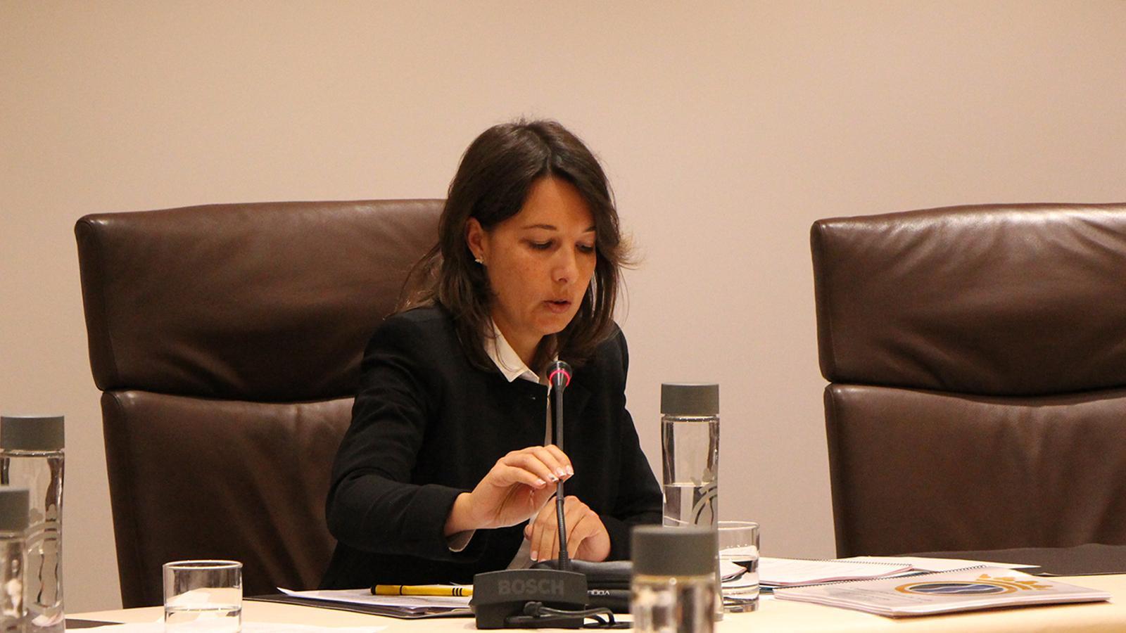 La consellera de Finances, Maika Nin, durant la sessió de consell de comú. / M. F. (ANA)