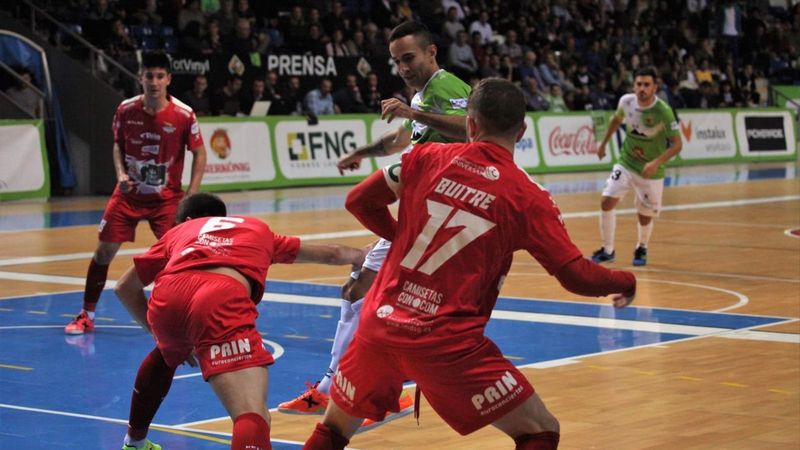 Joao Batista, rodejat per dos jugadors del Segòvia