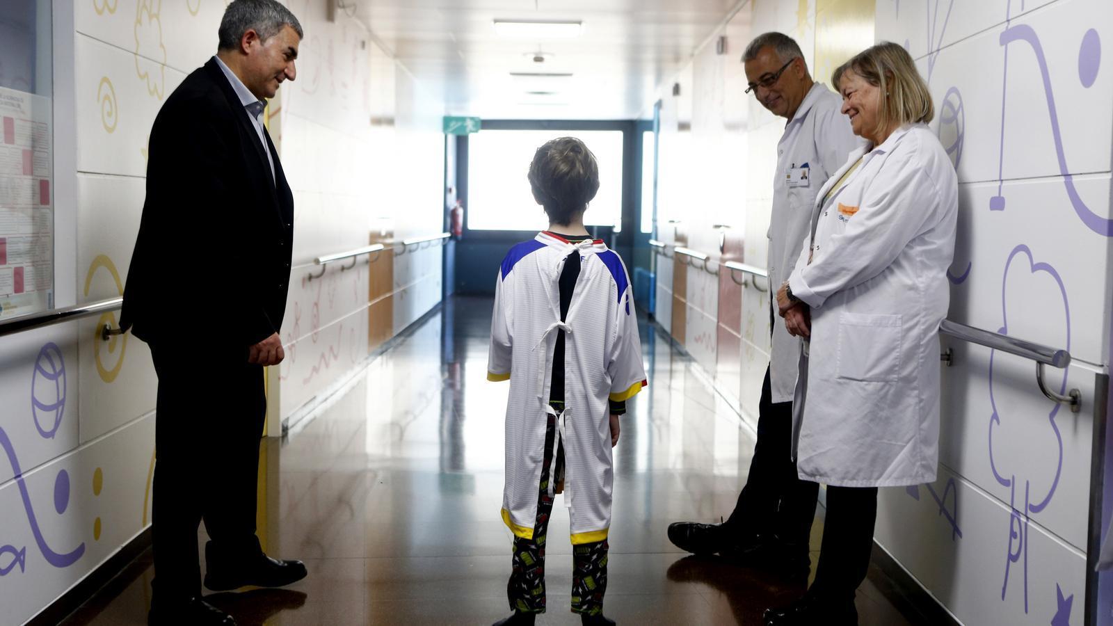 Felix Álvarez amb un nen amb la bata feta a partir de la samarreta de la selecció. / FAF