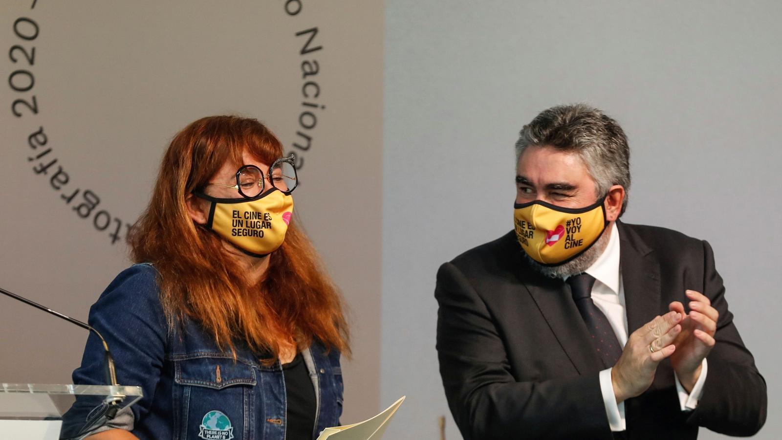 Isabel Coixet i el ministre de Cultura José Manuel Rodríguez Uribes després de rebre el Premio Nacional de cinematografia a Sant Sebastià.