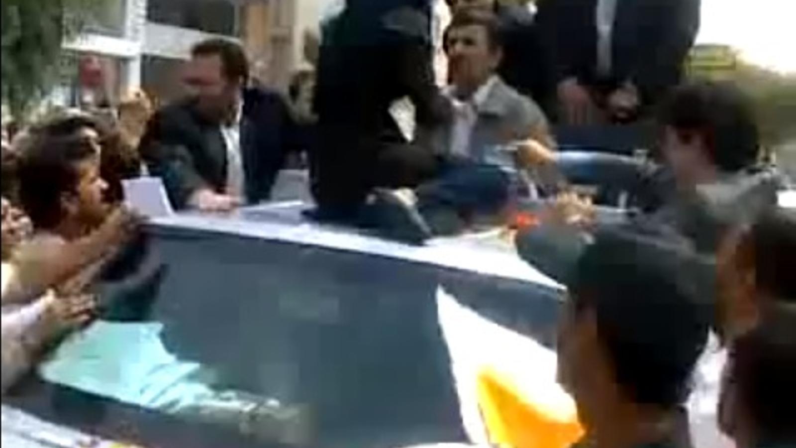 Una dona reclama al president iranià: Ahmadinejad, tinc gana