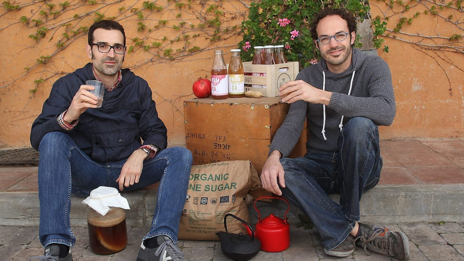 """L'enginyer Jordi Dalmau, amb la col·laboració de l'enòleg Toni Sànchez i l'assessorament científic del psiconeuroimmunòleg Xevi Verdaguer,  ha creat el primer te fermentat ecològic català,  amb gust de gingebre i de magrana   Jordi Dalmau """"He inventat  el te kombutxa per millorar de la síndrome  de Gilbert, que pateixo des dels 15 anys"""""""