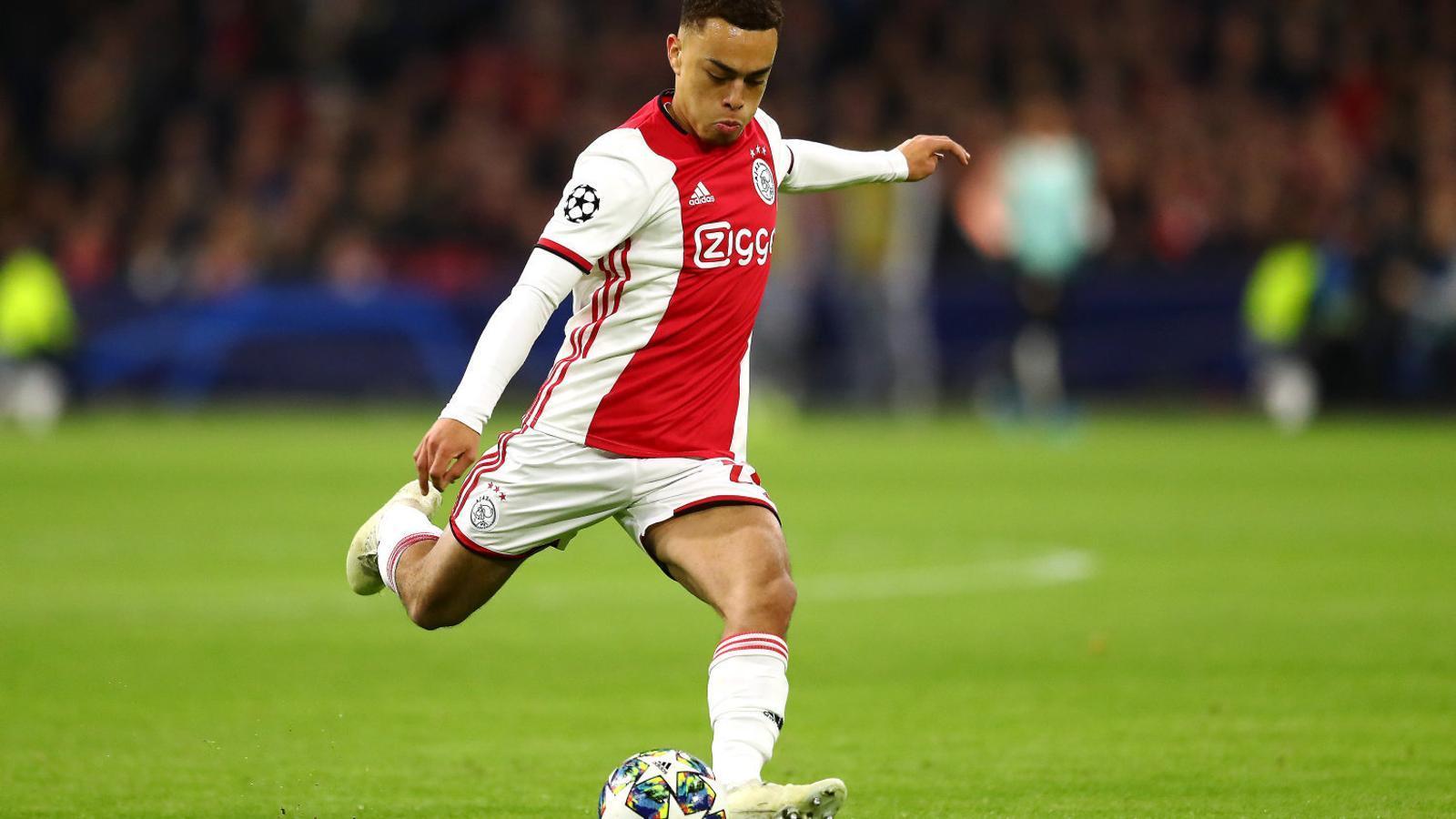 Dest, de 19 anys, competirà amb Roberto pel lateral dret.
