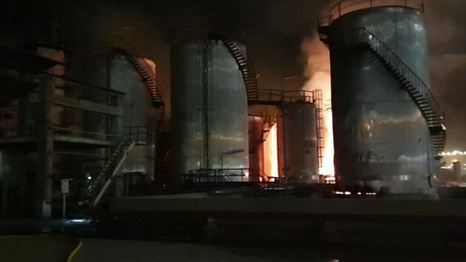 Tasques d'extinció dels Bombers de l'incendi posterior a l'explosió a la petroquímica de Tarragona