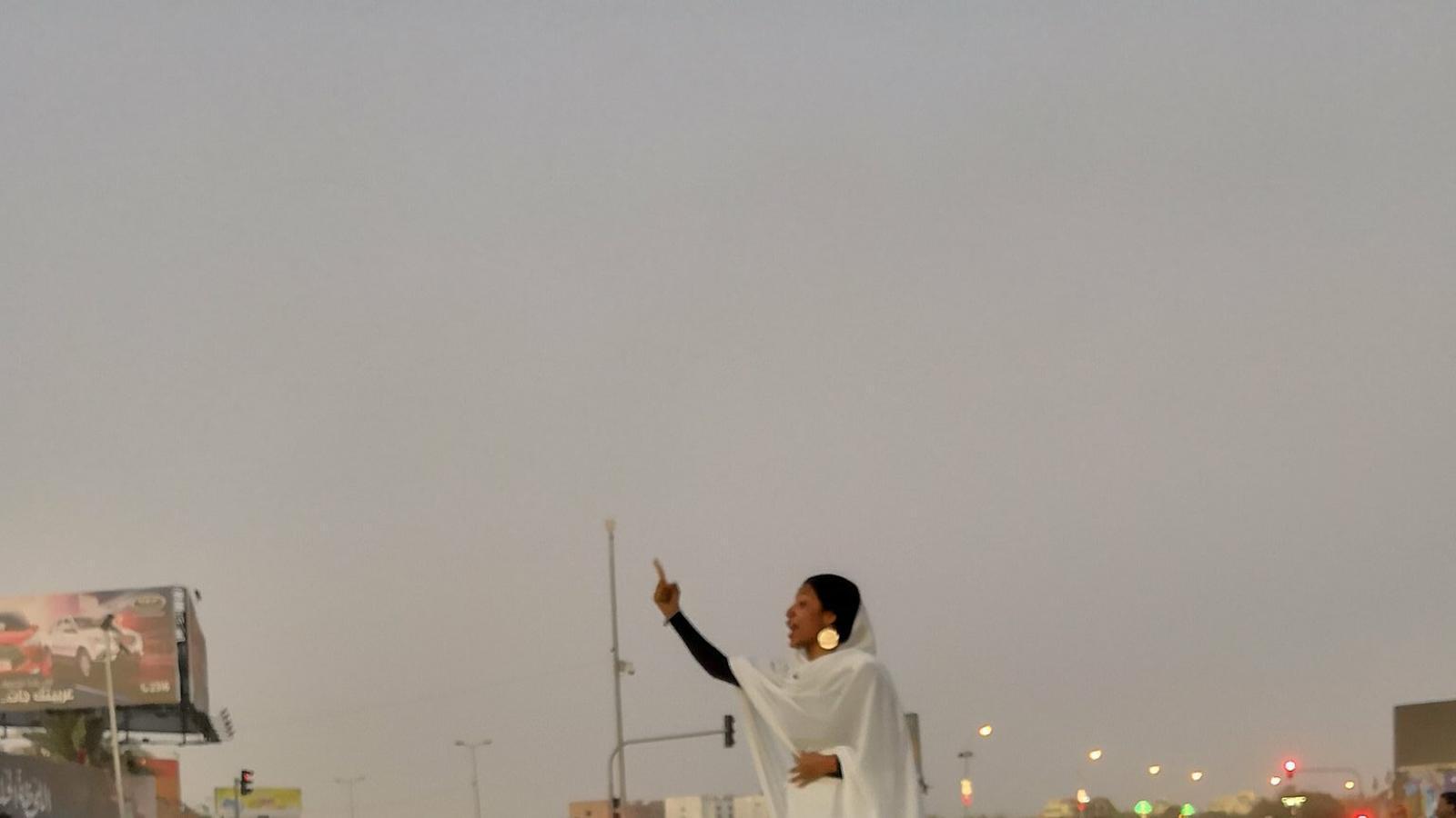 Una dona vestida de blanc a sobre d'un cotxe, símbol de la revolta al Sudan