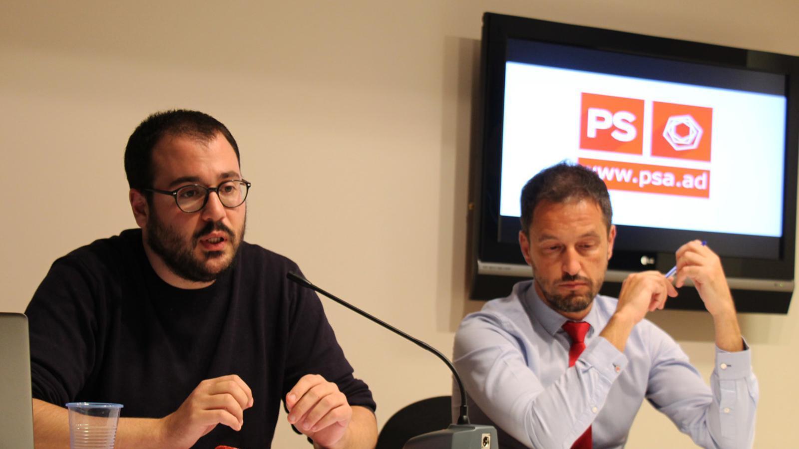 El secretari d'organització del PS, Carles Sánchez, i el president del partit, Pere López, en la compareixença d'aquest dilluns. / E. J. M.