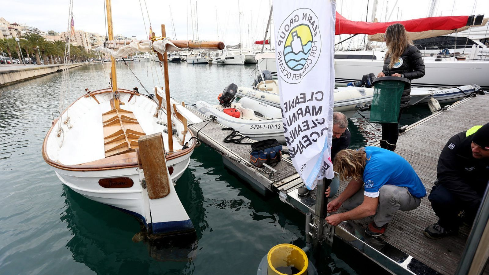 Els inventors de les papereres aquàtiques de Seabin instal·len un dels seus darrers models a Marina Port, a Palma.