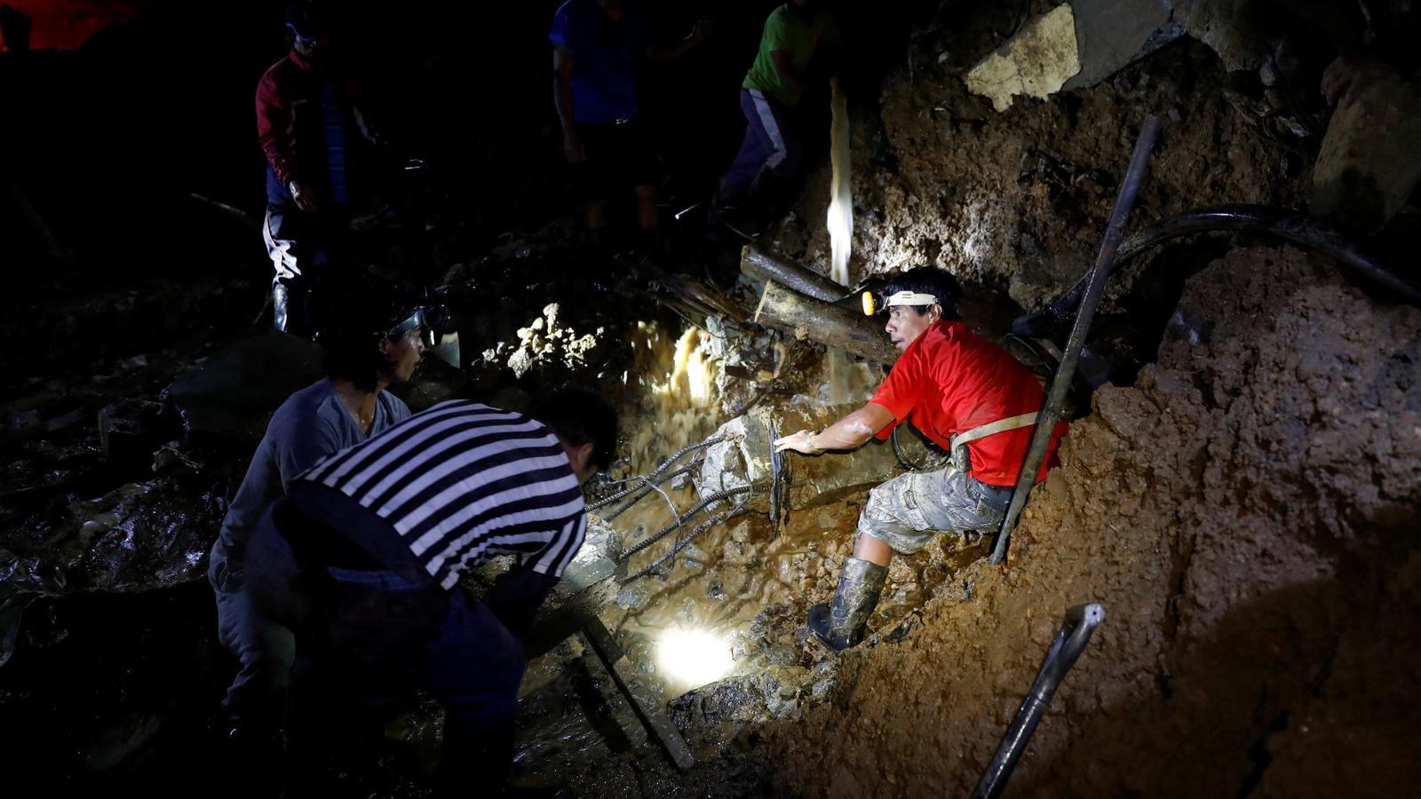 Membres dels equips de rescat busquen els miners encara desapareguts.