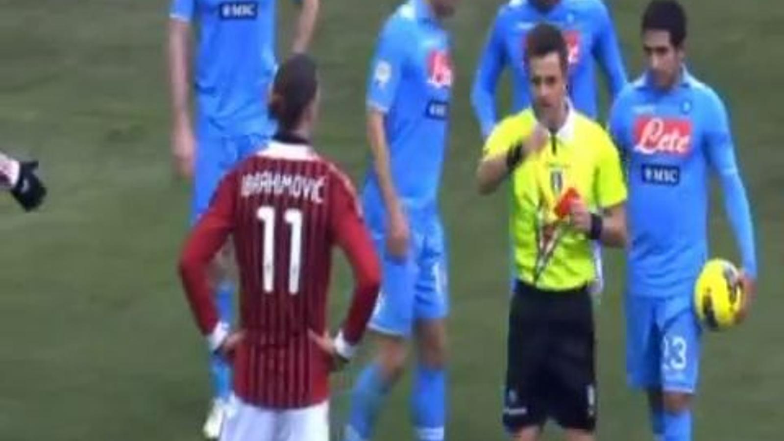 Ibrahimovic, donant una plantofada a un jugador del Nàpols