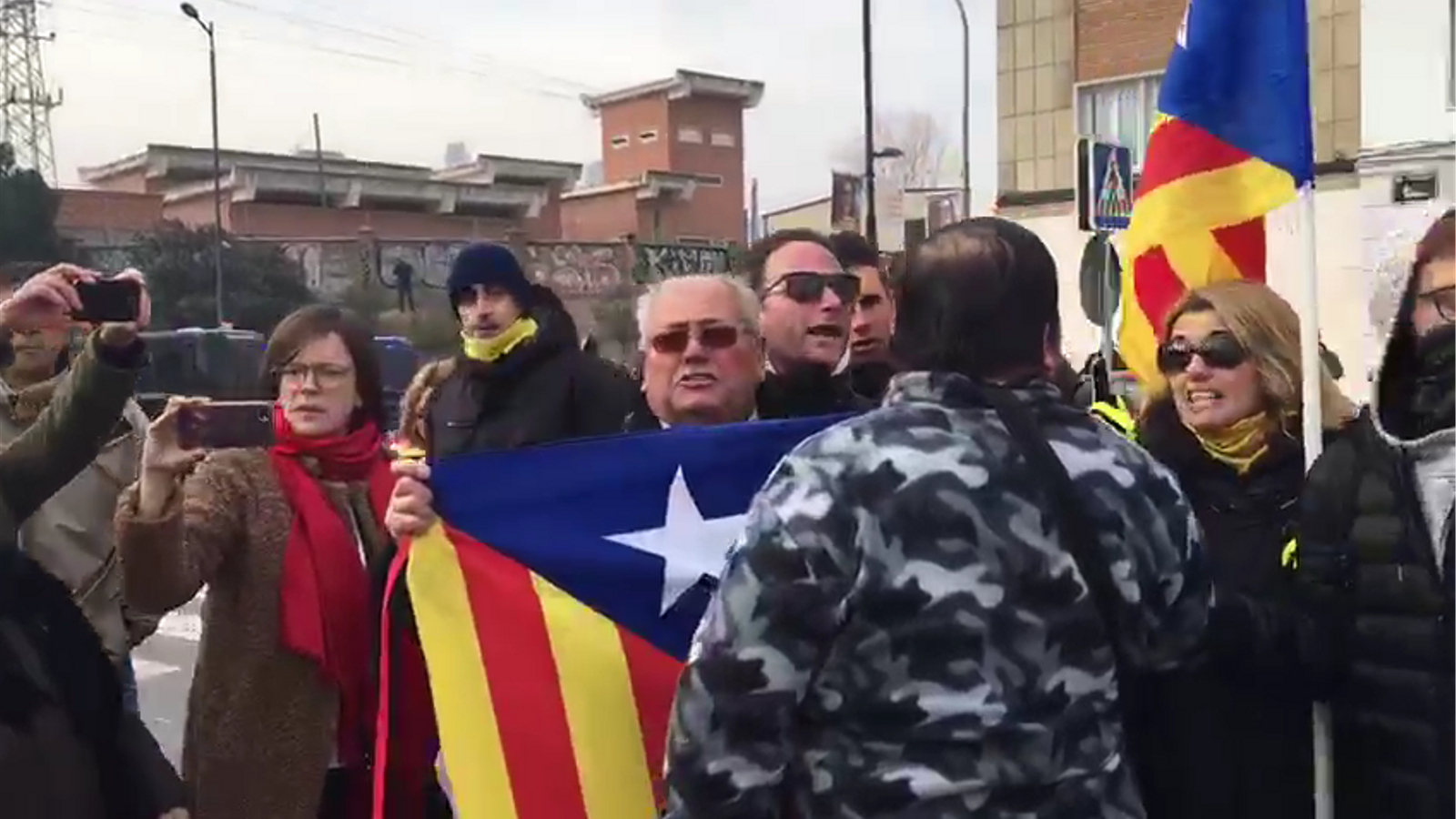 Moments de tensió entre independentistes i assitents al acte del PP a Lleida