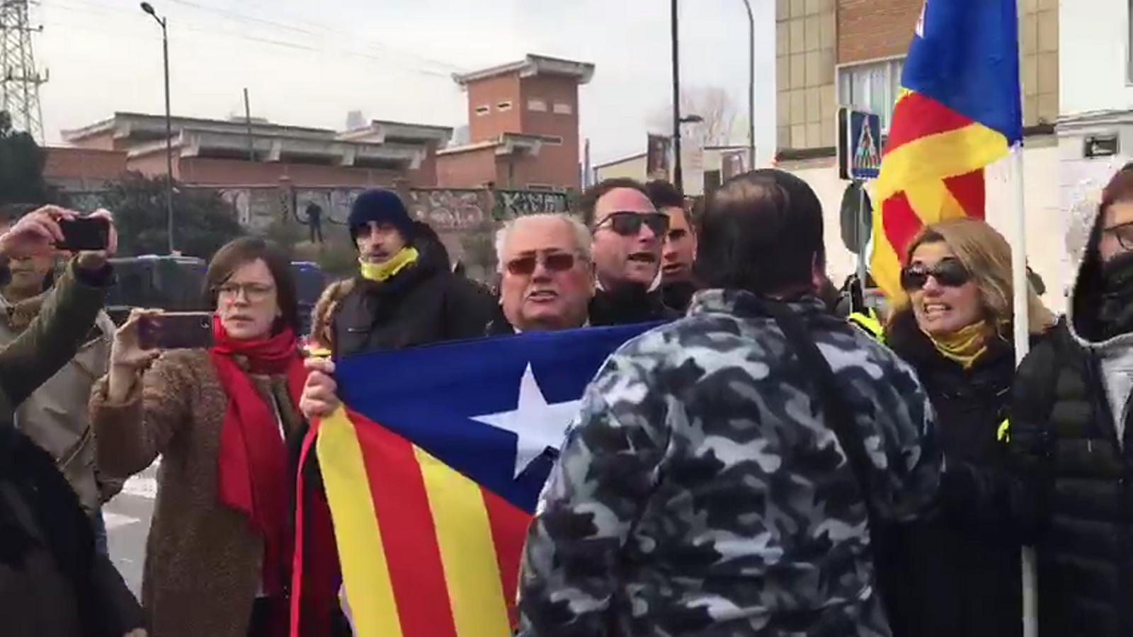 Moments de tensió entre independentistes i assitents al acte del PP a Lleida