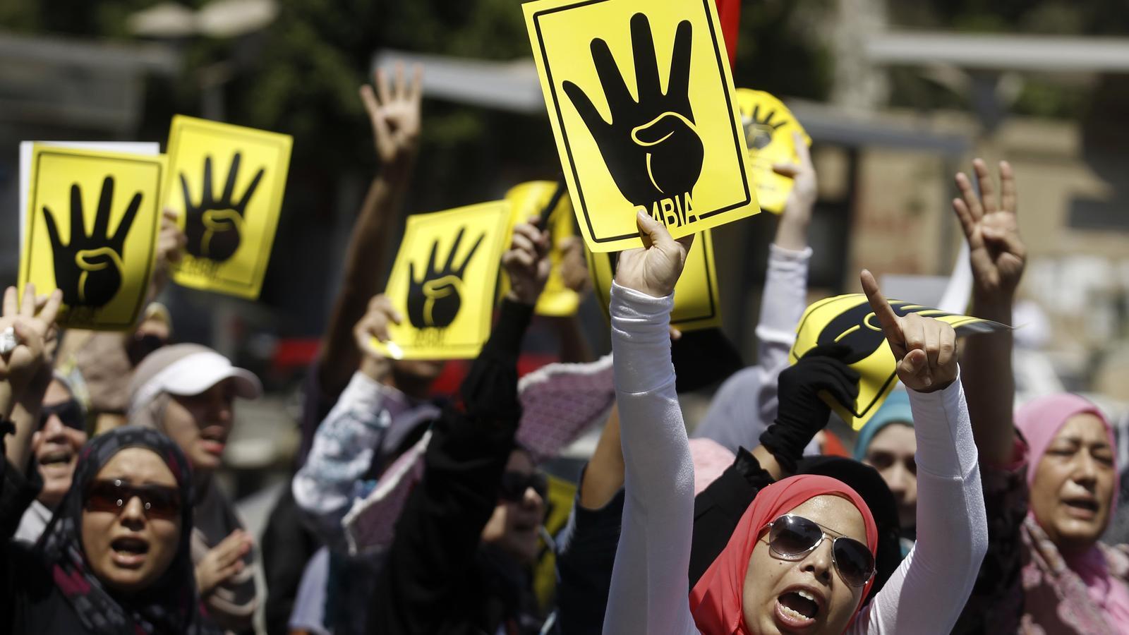 Després de la massacre de la plaça Rabà al-Adauiya del Caire perpetrada per la policia d'Al-Sissi contra els seguidors del president derrocat Mohammed Mursi l'agost del 2013, es va fer famós aquest símbol de la mà amb quatre dits.