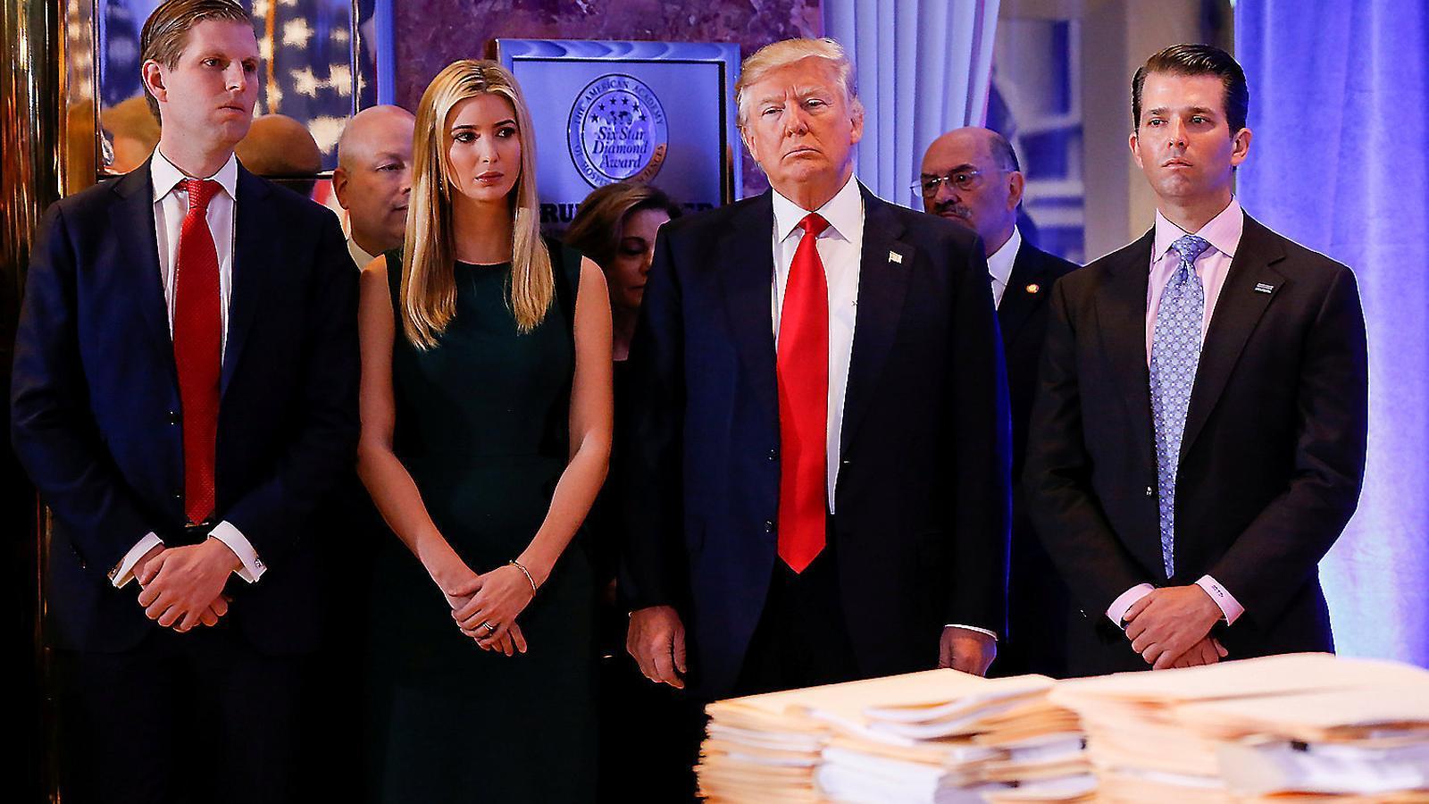 El president nord-americà amb els seus fills Eric, Ivanka i Donald Jr., també acusats d'aprofitar-se de la fundació benèfica.