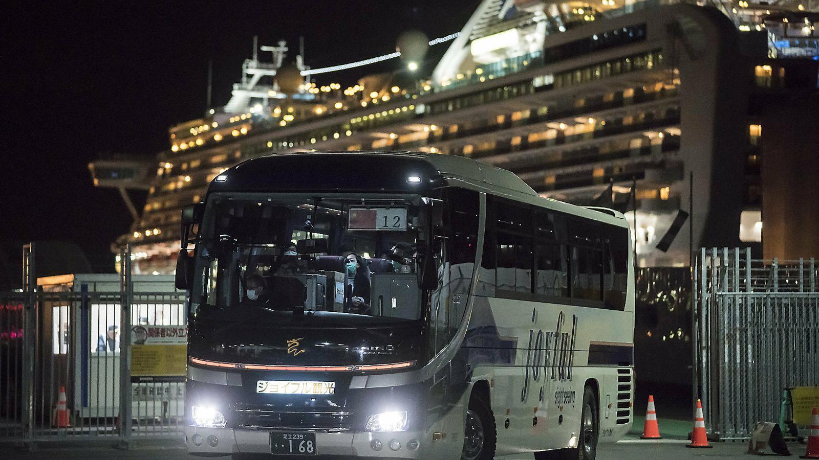 Un autobús transportant passatgers del creuer que van evacuar
